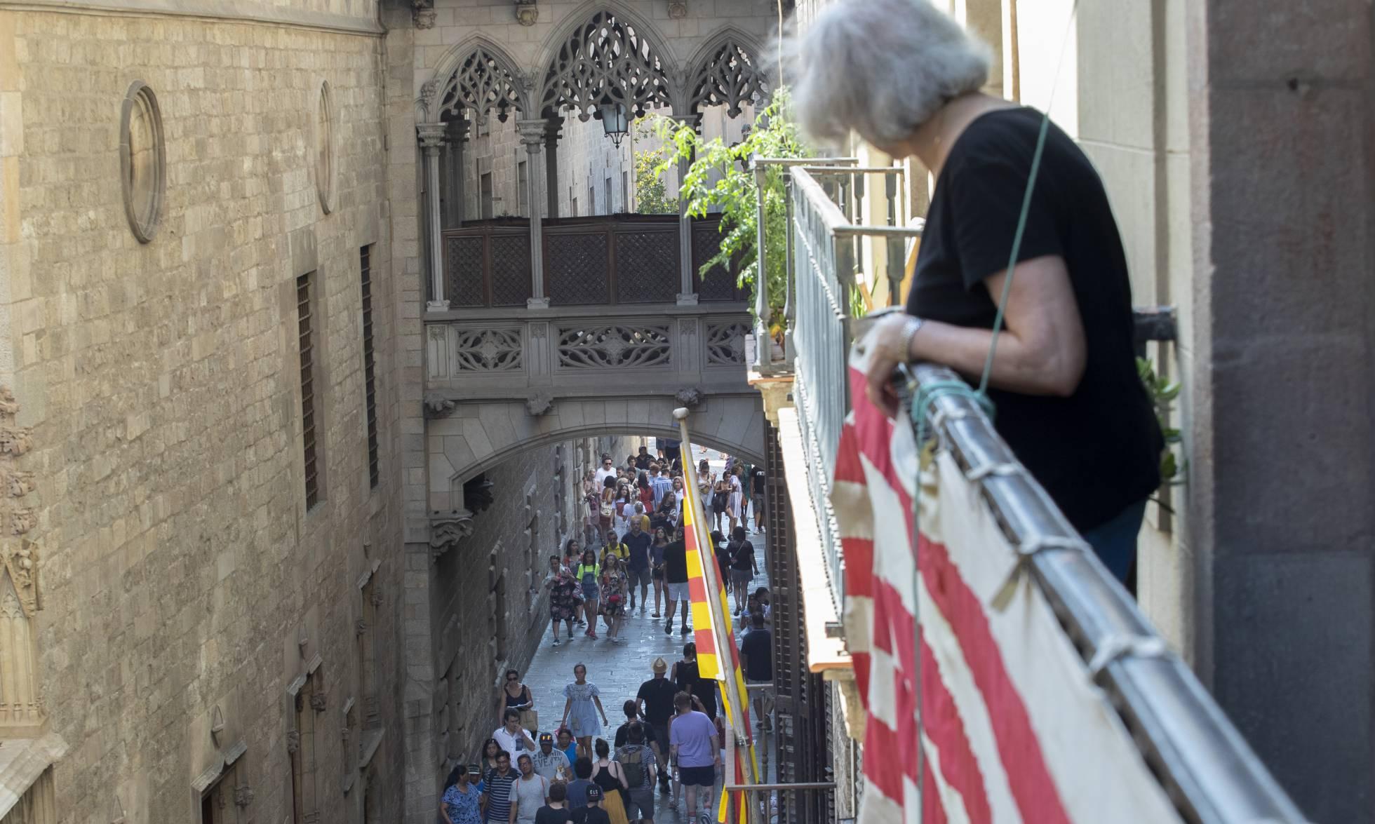 Повседневная жизнь горожан среди толп туристов в Готическом квартале Барселоны