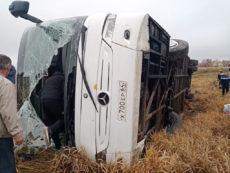 Водитель туристического автобуса не справился с управлением, и автобус завалился на бок