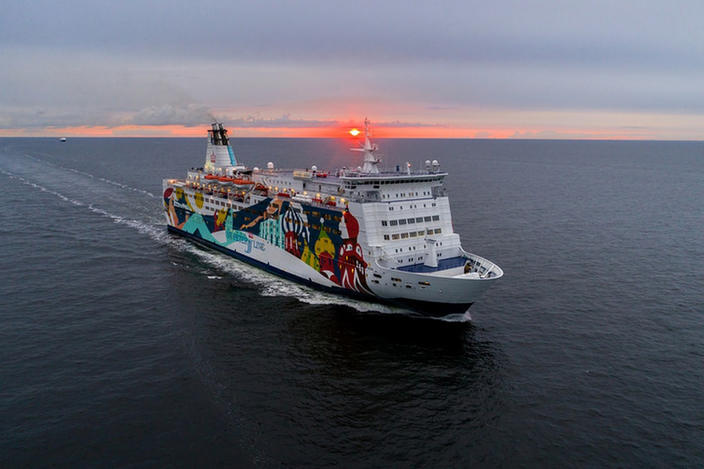На борту корабля находятся более 1 тысячи человек, работают спасательные службы, к парому движется буксир