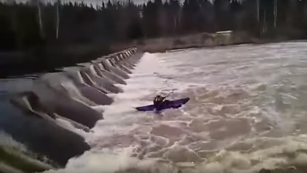 Лодка туриста перевернулась, и его затянуло в водоворот