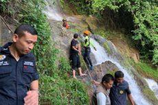 Во время поиска удачного ракурса на фоне водопада турист поскользнулся и разбился об острые камни в воде