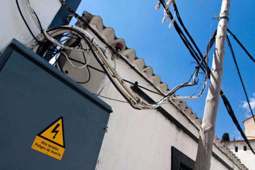 Турист наступил на кабель под напряжением и упал с высоты трёх этажей