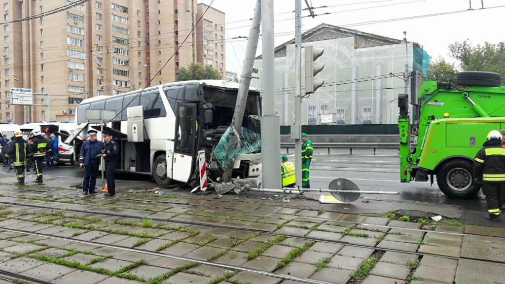 Туристический автобус въехал в мачту городского освещения, у всех пострадавших ушибы и ссадины