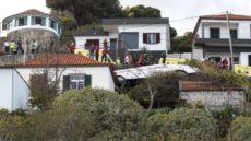 У автобуса отказали тормоза, и он упал на крышу жилого дома